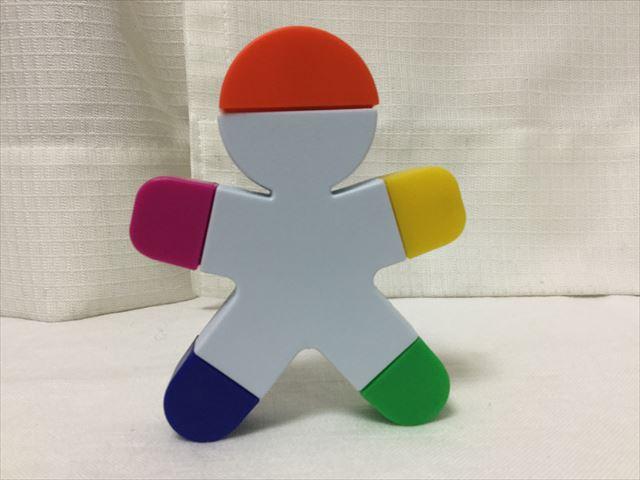 フライングタイガーコペンハーゲンで買った人の形をした5色蛍光ペン、普段は立てて置いている