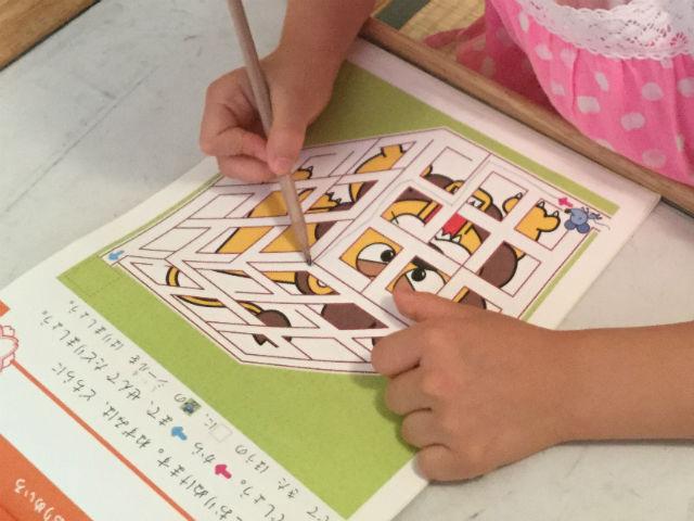 学研の幼児ワーク「めいろ」6歳の問題、立体的な迷路を難しがる娘