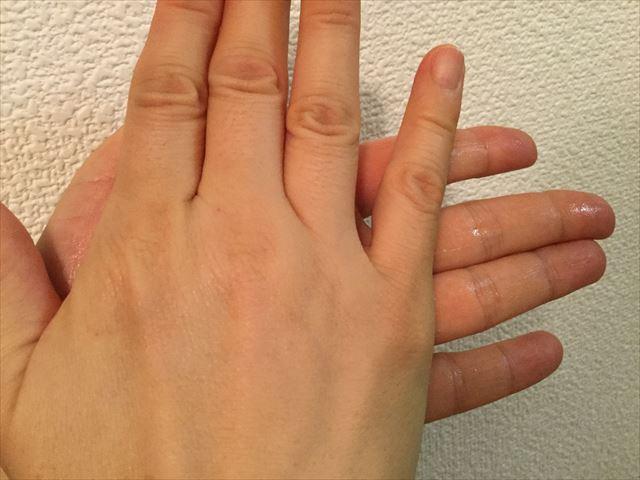 アロベビー(ALOBABY)「ミルクローション」を両手のひらで伸ばしている