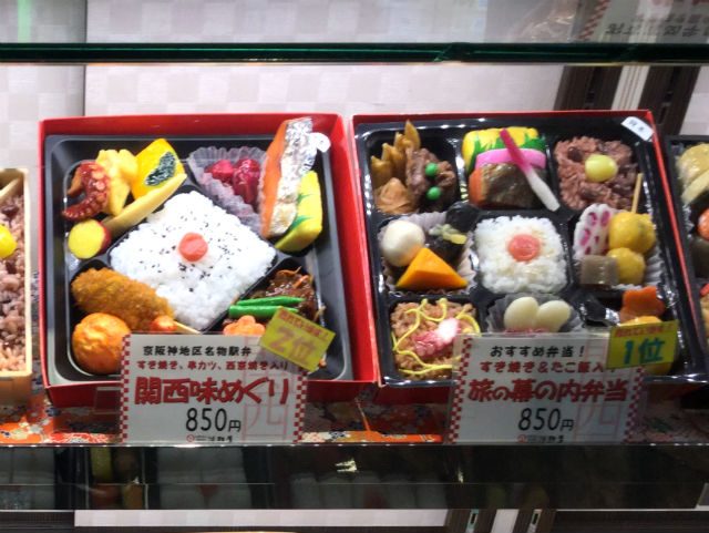 JR大阪駅11番ホームの駅弁売り場、旅の幕の内弁当(人気1位)、関西味めぐり(人気2位)