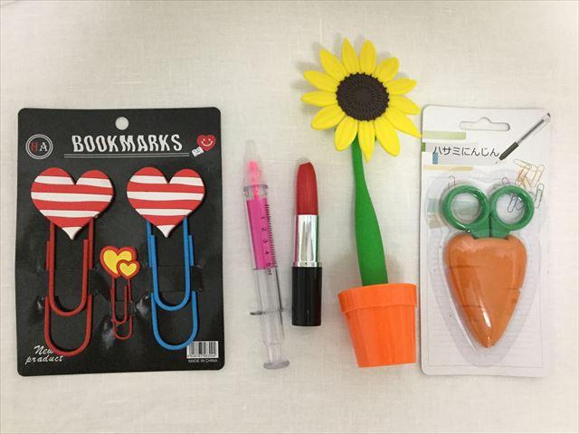雑貨店「ASOKO」で購入した文房具5つ、人参はさみ、ヒマワリボールペン、口紅ペン、注射器蛍光ペン、ハート形クリップ