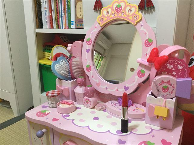 子供用ドレッサーに雑貨店「ASOKO」の文房具、口紅ボールペンを置いている