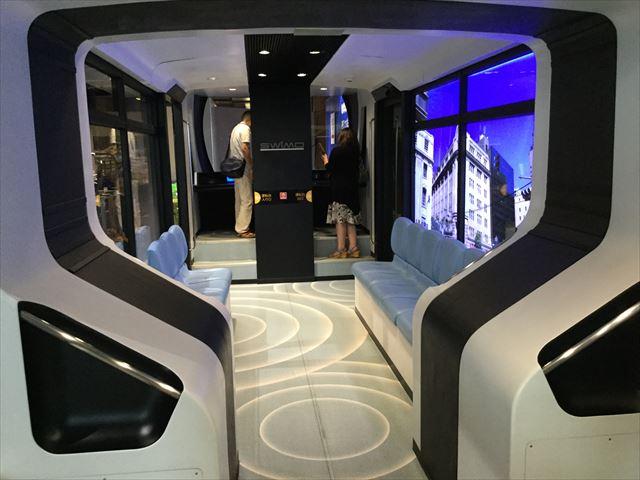 「カワサキワールド」路面電車SWIMOの車内の様子