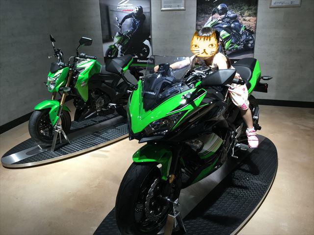 「カワサキワールド」バイク「Ninja 650 ABS KRT Edition」に乗る娘
