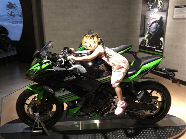 「カワサキワールド」バイク「Ninja 650 ABS KRT Edition」に乗る娘、横から撮影