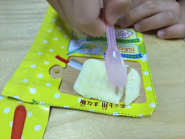 知育菓子ホッピンクッキン「つくろう!おこさまランチ」ポテトを切っている娘