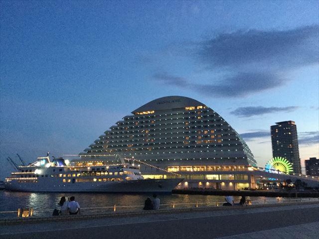 夜のメリケンパーク、神戸ハーバーランドオリエンタルホテルと船