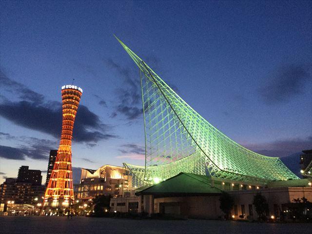 夜のメリケンパーク、神戸ポートタワーと神戸海洋博物館のライトアップ