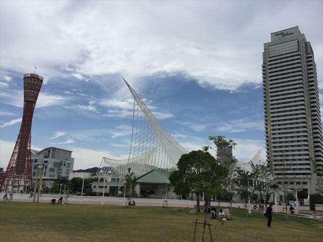 メリケンパークの芝生広場と神戸ポートタワー、ホテルオークラ神戸