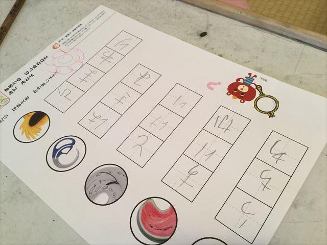 幼児ポピー「夏ドリるん」の教材「まいにち!ドリるん」を学習している娘、平仮名を書く練習