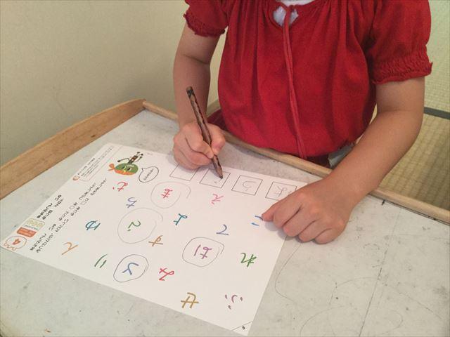 幼児ポピー「夏ドリるん」の教材「まいにち!ドリるん」を学習している娘、間違った平仮名を見つける問題