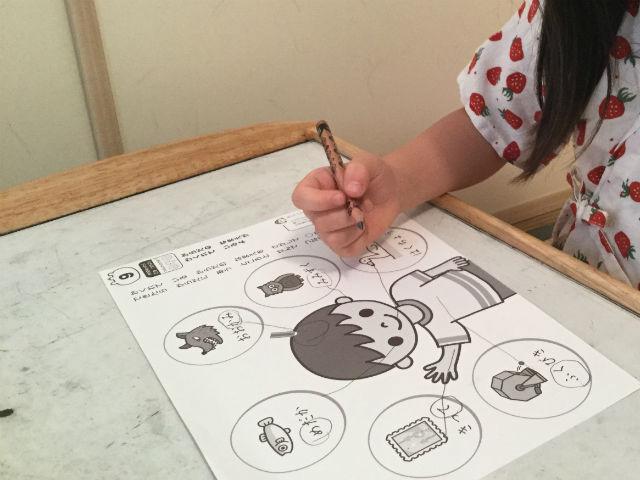 幼児ポピー「夏ドリるん」の教材「まいにち!ドリるん」を学習している娘、言葉の中にある文字を探す問題