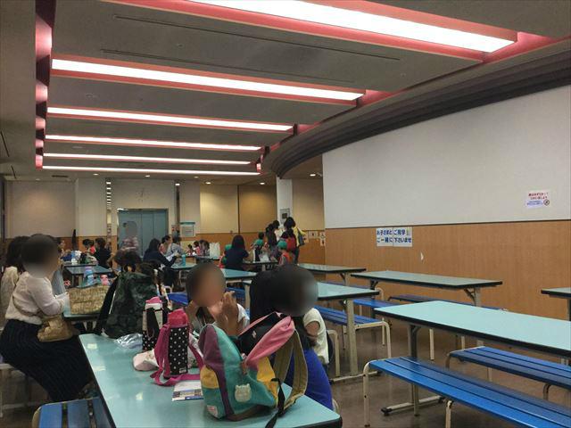 「バンドー神戸青少年科学館」地下1階ロビーの飲食スペースの様子