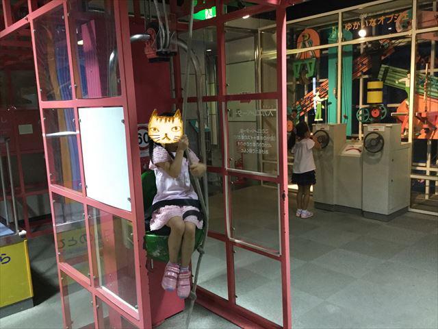 「バンドー神戸青少年科学館」1階「あそびのひろば」紐を引っ張り自分を持ち上げるエレベーター