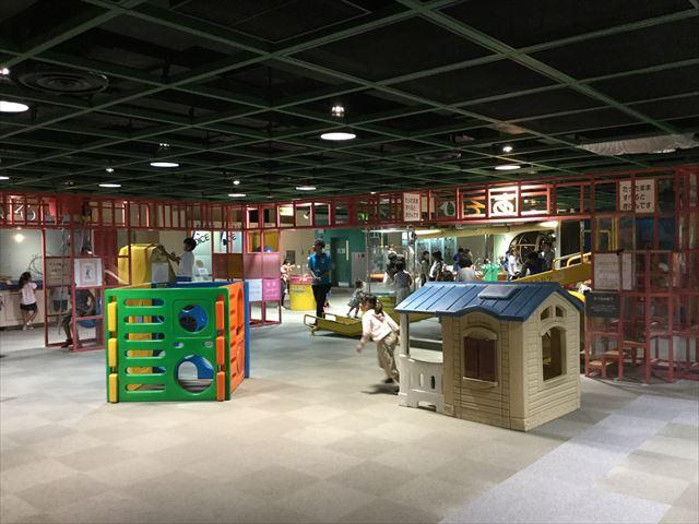 「バンドー神戸青少年科学館」1階「あそびのひろば」小さなおうち