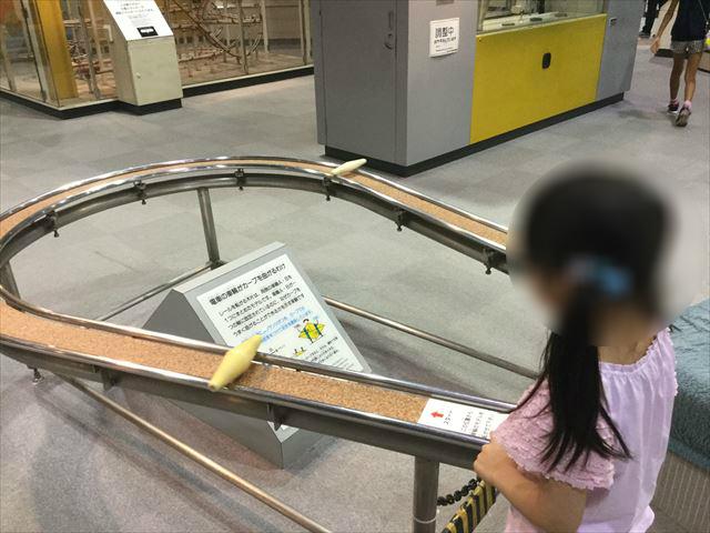「バンドー神戸青少年科学館」1階、バランスを取りながら進む物体