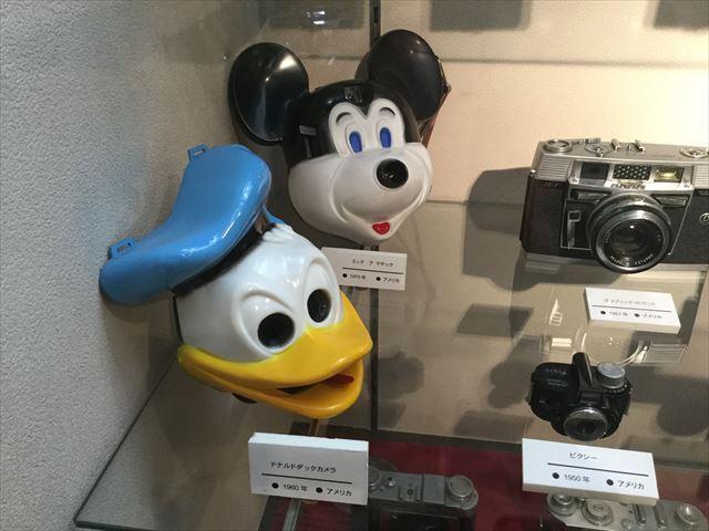 「バンドー神戸青少年科学館」2階古いカメラの展示、ミッキーとドナルドの形をしたカメラ