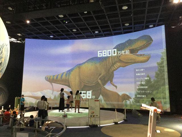 「バンドー神戸青少年科学館」2階「宇宙と地球」体験ブース、恐竜のいた時代にワープした様子