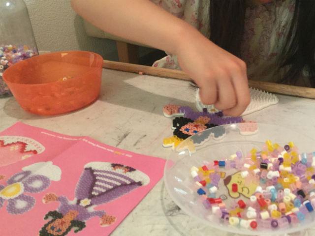子供がハマビーズ「プリンセスパーティー」のプリンセスを作っている様子