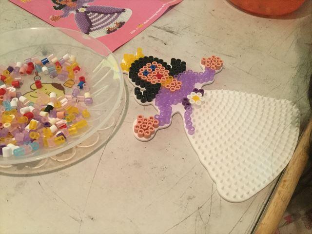 子供がハマビーズ「プリンセスパーティー」のプリンセスを作っている様子、別角度