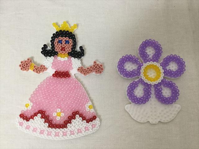ハマビーズでピンクのドレスを着たプリンセスと紫色の花を作る。完成品