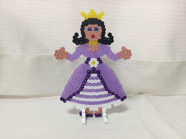 完成したハマビーズのプリンセス(紫色のドレス)
