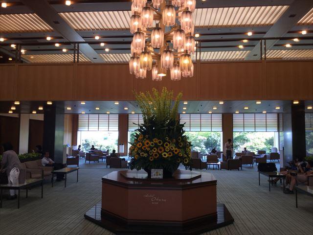 「ホテルオークラ神戸」入口入ってすぐのロビー
