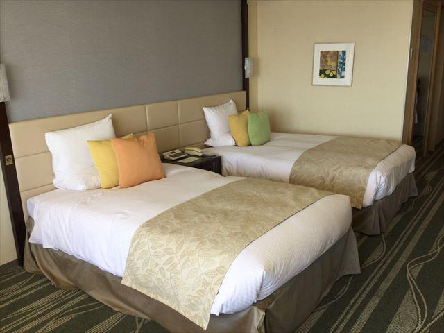 「ホテルオークラ神戸」オーセンティックフロアデラックスツイン、ベッド、窓側から撮影