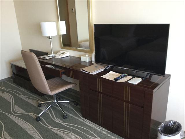 「ホテルオークラ神戸」オーセンティックフロアデラックスツイン、テレビとデスク