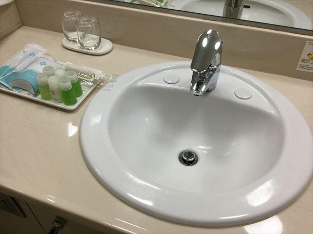 「ホテルオークラ神戸」オーセンティックフロアデラックスツイン、洗面所とアメニティ