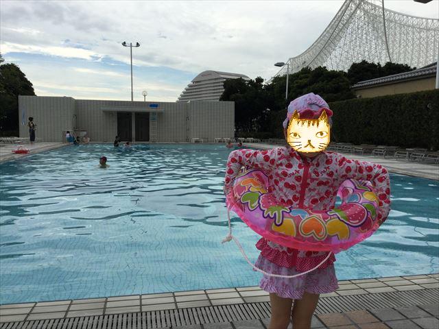「ホテルオークラ神戸」屋外プールで遊ぶ娘