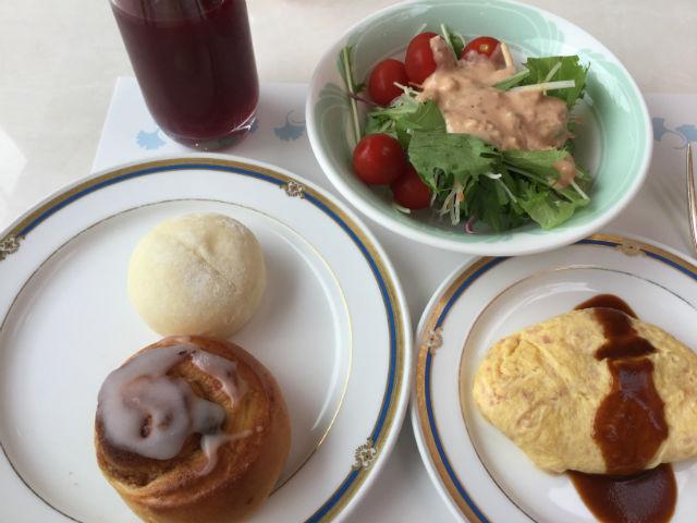 「ホテルオークラ神戸」朝食ブッフェ、オムレツ・パン、サラダ