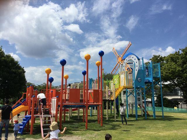 京都競馬場の公園「緑の広場」の大型遊具