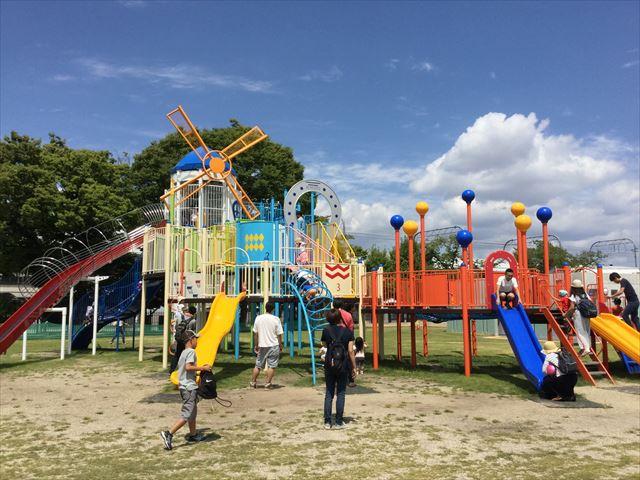 京都競馬場の公園「緑の広場」の大型遊具、たくさんある滑り台と階段