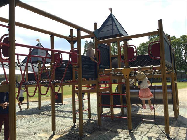 京都競馬場の公園「緑の広場」のアスレチック遊具、梯子を上る娘