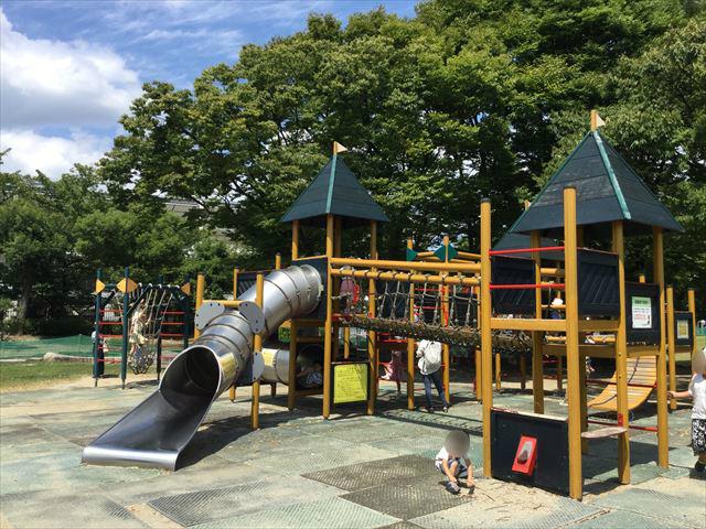 京都競馬場の公園「緑の広場」のアスレチック遊具