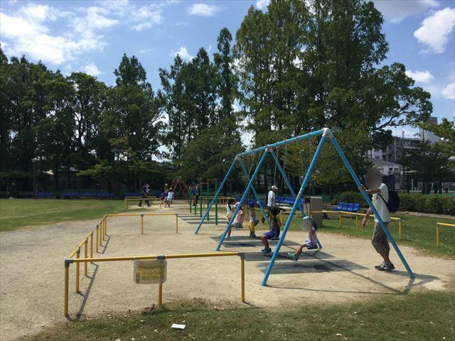 京都競馬場の公園「緑の広場」ブランコと鉄棒