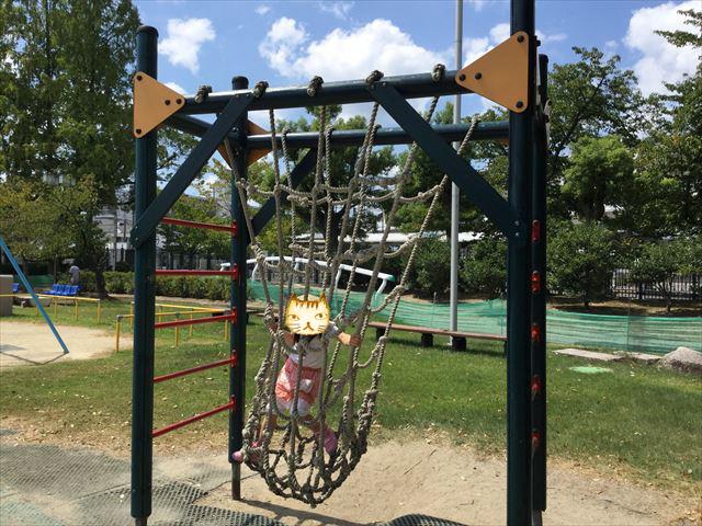 京都競馬場の公園「緑の広場」のアスレチック遊具、縄のブランコ