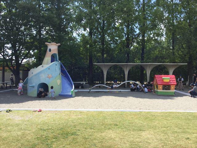 京都競馬場の公園「緑の広場」砂場と昔の遊具
