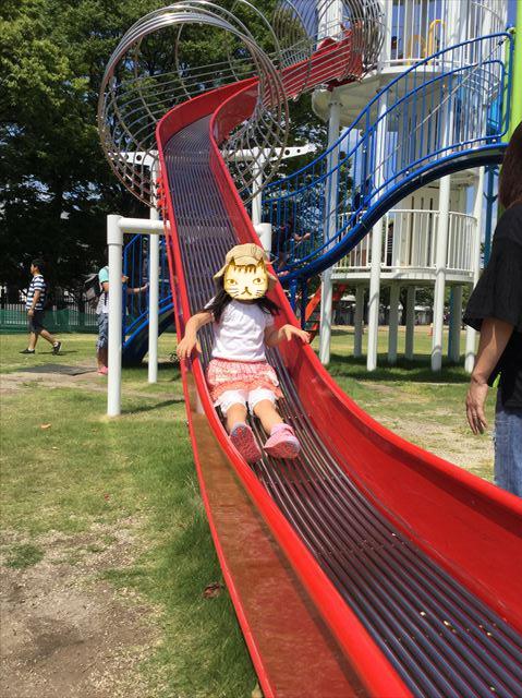 京都競馬場の公園「緑の広場」の大型遊具、ロング滑り台を滑る娘