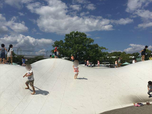 京都競馬場「陽だまり広場」のトランポリン「ふわふわドーム」