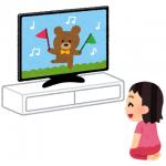 子供が英語音声のアニメを見ている様子