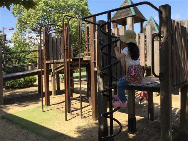 元浜緑地の木製アスレチック遊具、上り棒で遊ぶ