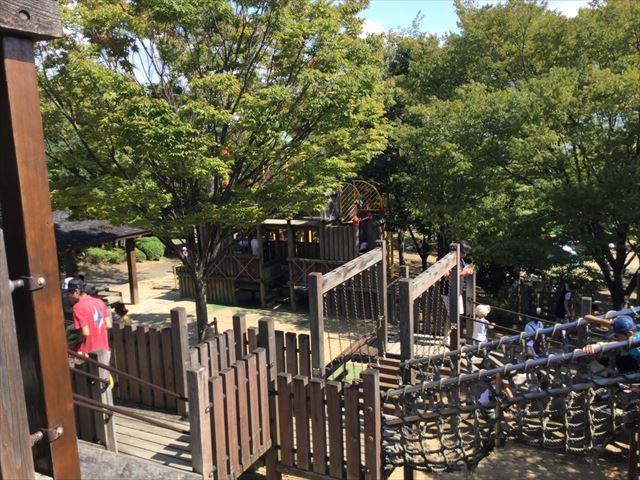 元浜緑地の木製アスレチック遊具の全体の様子