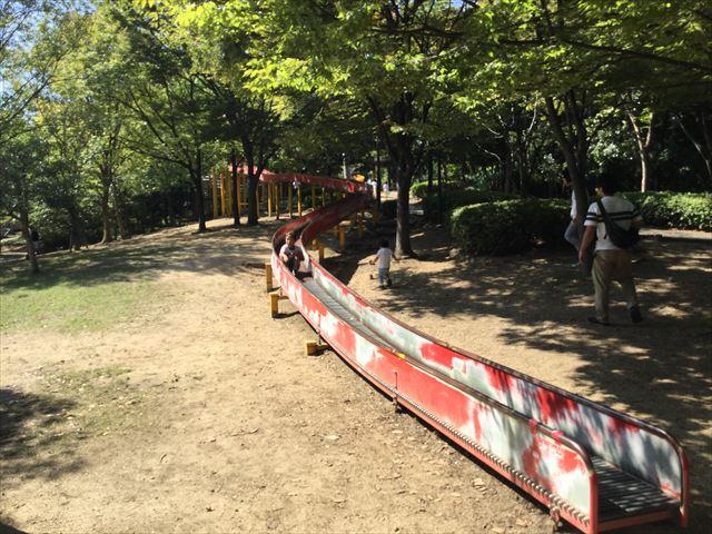 元浜緑地の木製アスレチック遊具「ローラー滑り台」