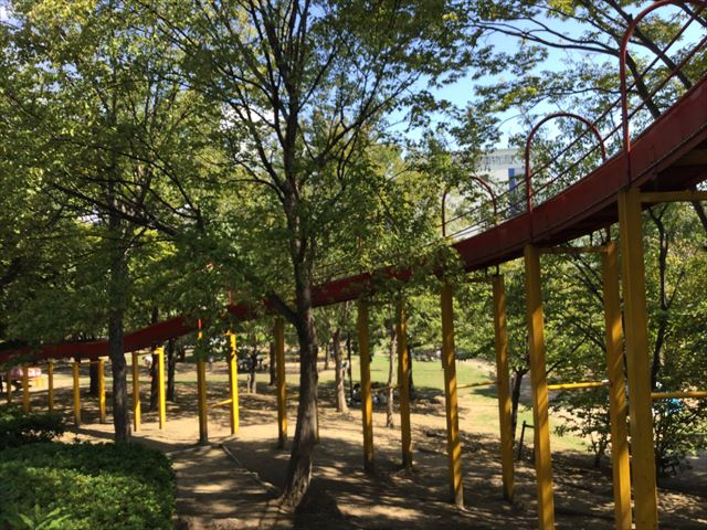 元浜緑地「ローラー滑り台」下から撮影