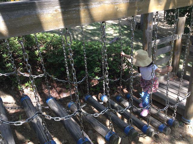 元浜緑地の木製アスレチック遊具、木の梯子を渡る