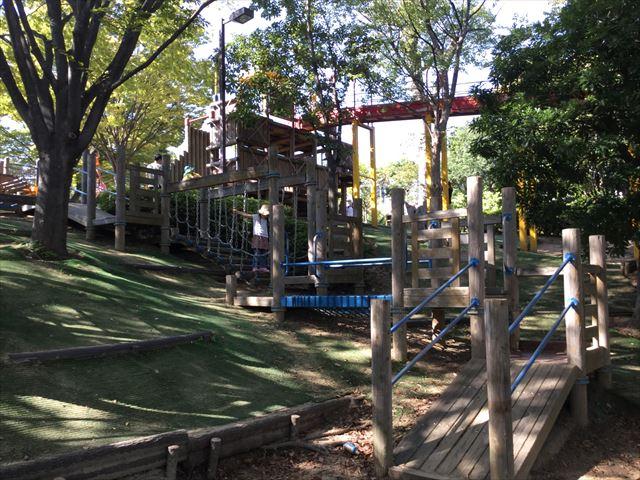 元浜緑地の木製アスレチック遊具、ぐるっと1周できる