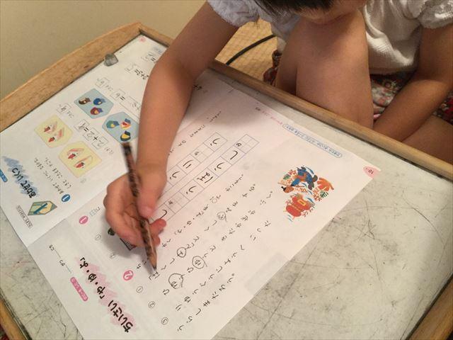 小学ポピーのお試し見本を学習する娘。国語、小さな「やゆよ」に○をつける