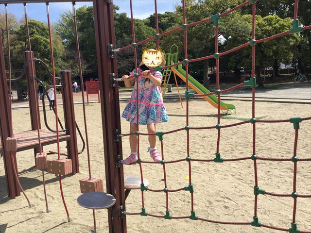 住之江公園のアスレチック遊具で遊ぶ娘